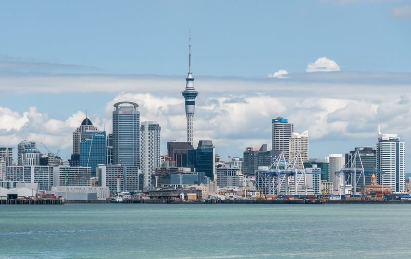 Auckland skyline by dxr via wikimedia commons 800 307x0x2592x1620 q85